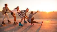 Junge Menschen fahren Inline-Skates