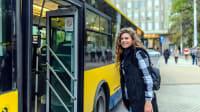 Frau steigt in den Bus ein