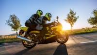 Zwei Motorradfahrer auf einem Motorrad