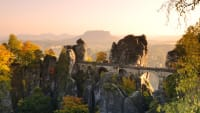 Eine alte Steinbrücke in einer felsigen Landschaft