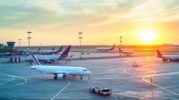 Flugzeuge stehen auf Rollfeld am Flughafen