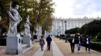 Menschen vor dem Königspalast in Madrid