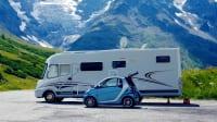 Wohnmobil steht auf einem Parkplatz in Frankreich
