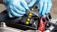 Motorradbatterie wird ausgetauscht