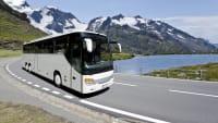 Reisebus fährt auf einer Landstraße
