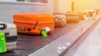 Koffer auf einem Kofferband