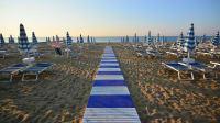 STrand mit Liegestühlen und Sonnenschirmen in Riccione an der Adria