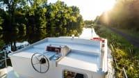 Hausboot fährt auf einem Kanal in der Bretagne in Frankreich