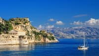 Ein gutes Reiseziel im August ist Korfu mit blauem Wasser und antiken Tempeln