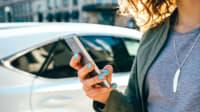 Frau nutzt Remote App um ihr Auto zu öffnen