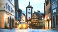 Oldtimer Volkswagen Bus fährt durch Rothenburg ob der Tauber