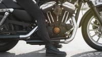 Frauenbeine auf Motorrad sitzend