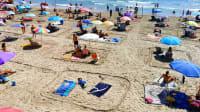 Con importantes lagunas de corona en la arena de la playa de Genia, España