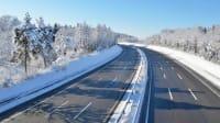Eine leere Autobahn im Winter