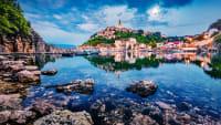 Die Stadt Vrbnik auf der Insel Krk in Sonnenuntergangsstimmung