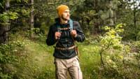 Mann wandert im Wald