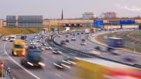 Viele Autos fahren bei Dämmerung auf einer Autobahn in Deutschland bei München