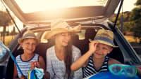 Drei Kinder vor Auto