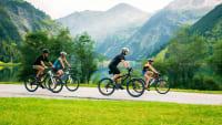Familie beim Fahrradausflug im Alpenvorland