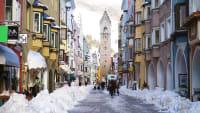 Winterliche Stadt mit Schnee