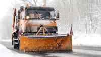 Winterdienst auf einer verschneiten Straße