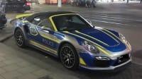 Ein Porsche am Straßenrand mit Teilfolierung sieht einem Polizeiauto täuschend ähnlich