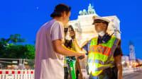 Ein E-Scooter Fahrer wird von der Polizei auf Alkohol kontrolliert