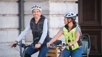 Eine Frau und ein Mann tragen Airbag-Westen von der Firma Helite