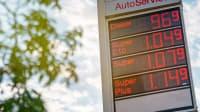 Tafel einer Tankstelle mit Spritpreisen im Jahr 2020