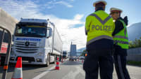 Polizisten bei der Blockabfertigung in Kiefersfelden