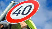 Tempo 40 Verkehrsschild wird angebracht