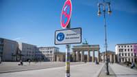 Maskenpflichtschild am Brandenburger Tor in Berlin