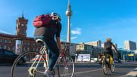Radfahrer in Berlin die den notwendigen Abstand zueinander halten
