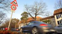 Pkw fährt mit überhöhter Geschwindigkeit durch eine Tempo 30-Zone