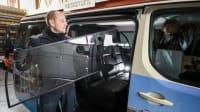 Taxifahrer setzt Scheibe ein, um den Gast und sich vor Corona zu schützen.