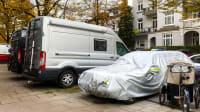 Wohnmobile belegen Parkplätze in einem Wohnviertel in Hamburg