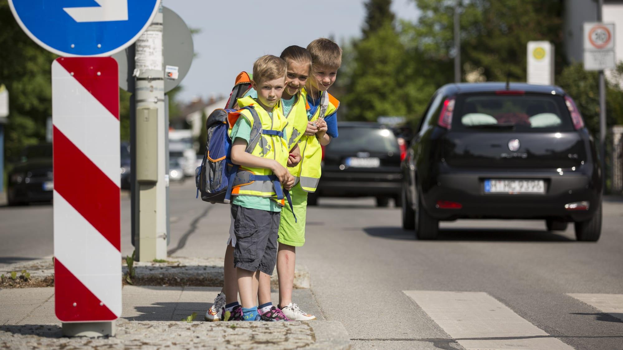 Kinder, Auto, Schulweg