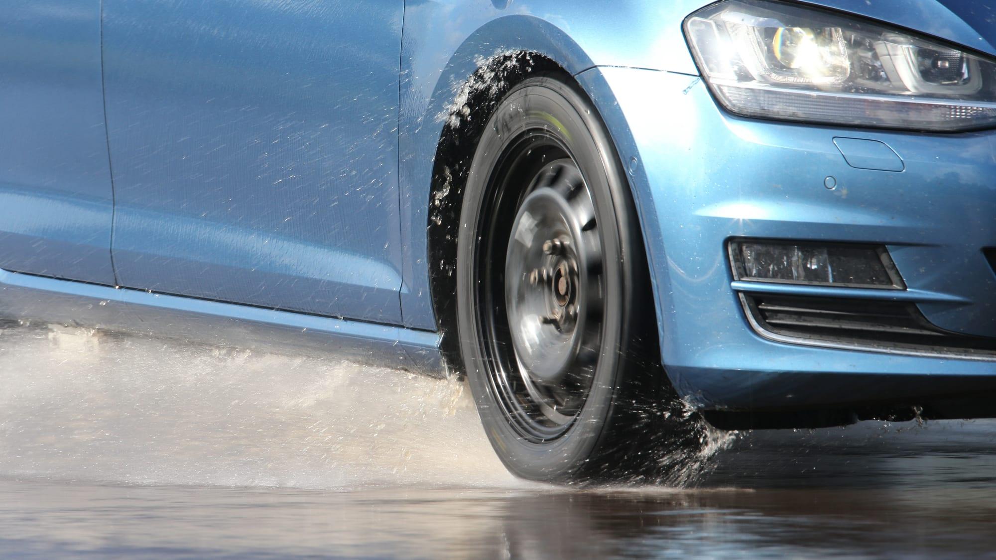 Auto fährt über nasse Strasse