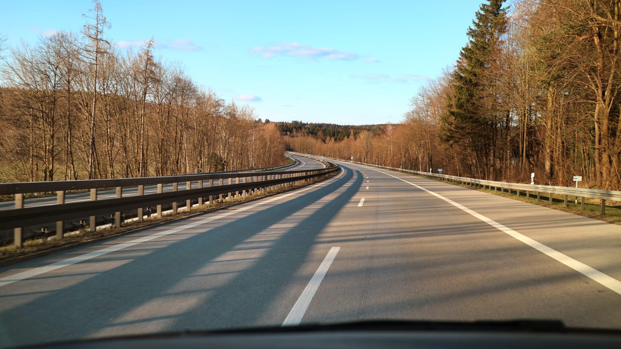 Leere Autobahn A95 in Bayern an einem Sonntagnachmittag zur Coronazeit