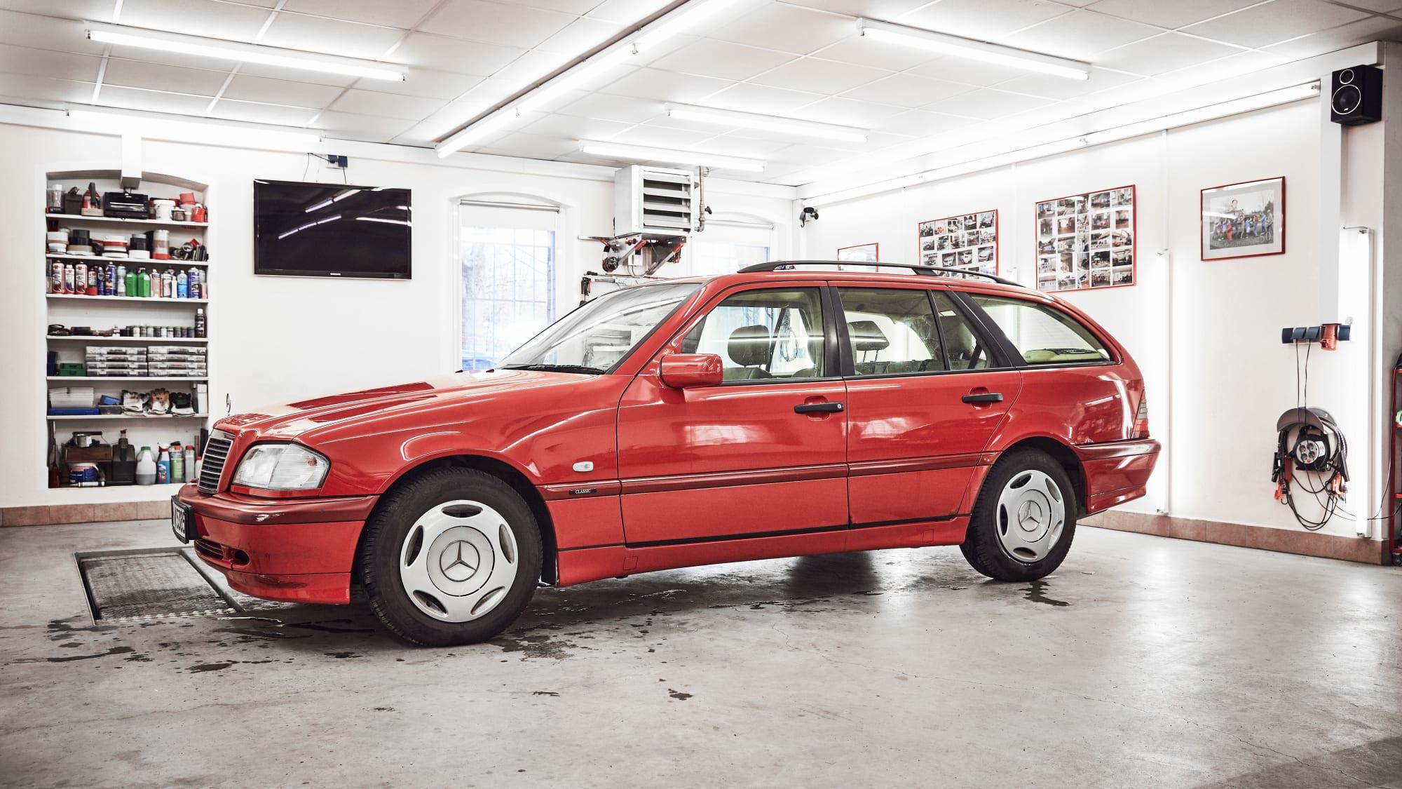 Das Auto glänzt nach der KFZ-Aufbereitung bei der Firma Blomberger, Schleißheimer Str. 395 in München.
