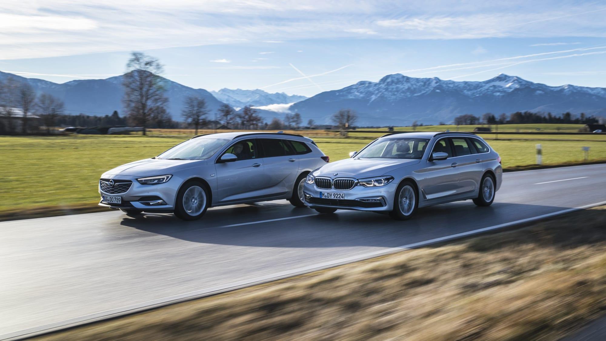 Opel Insignia Sports Tourer und BMW 5er Touring fahren auf einer Strasse