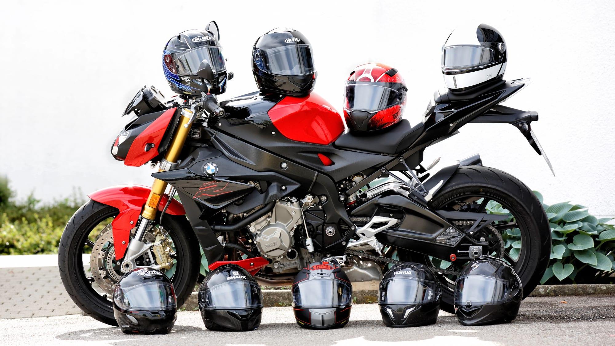 Motorradhelme liegen auf einem Motorrad