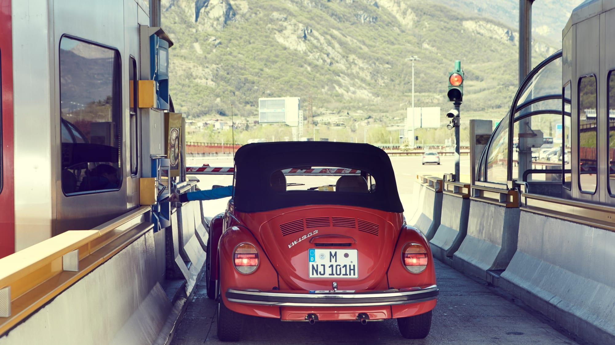 VW Käfer an einem Mauthäuschen in Italien bei Trento