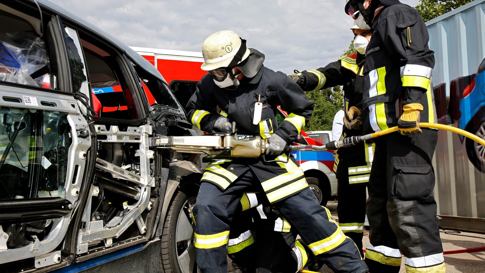 Feuerwehr befreit einen Insassen eines Autos nach einem Unfall