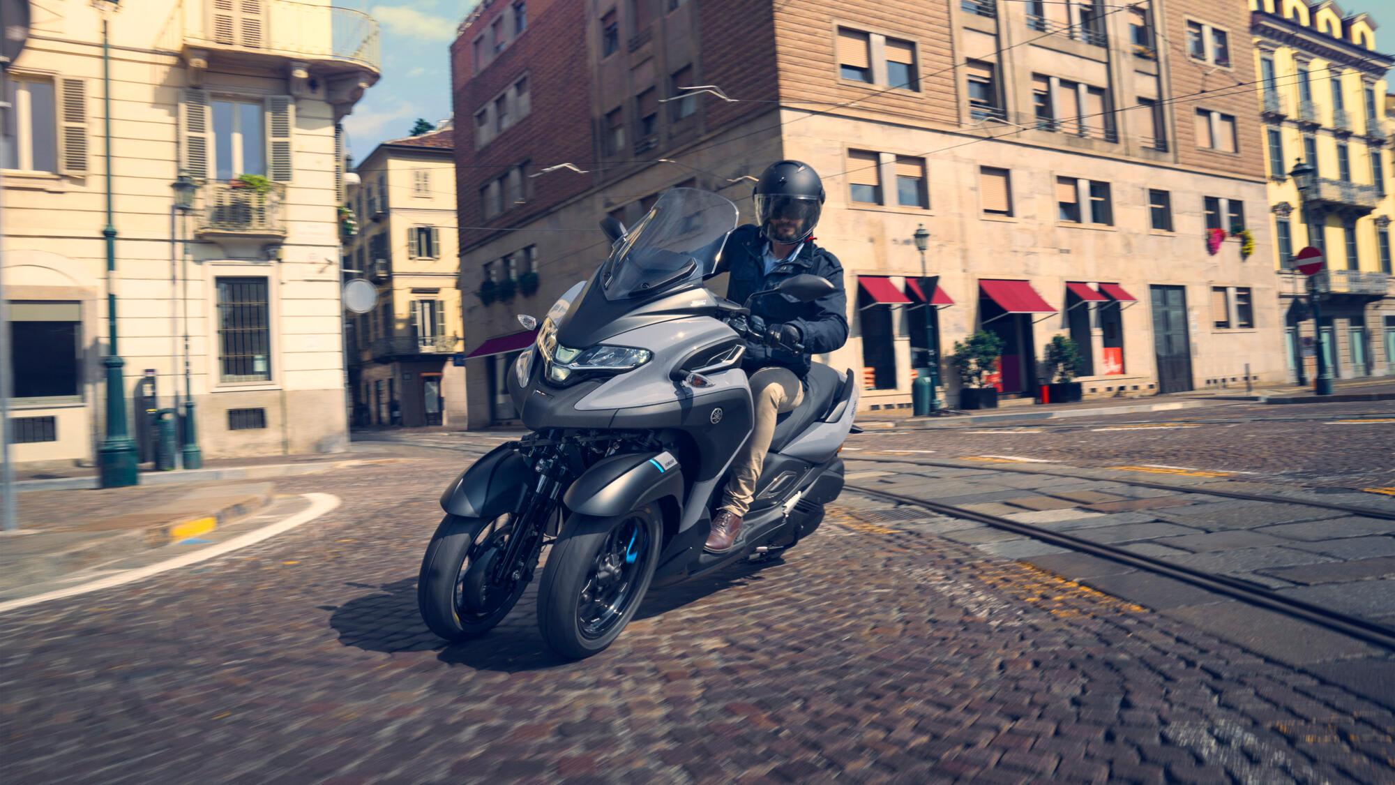 Yamaha Tricity fahrend in der Stadt