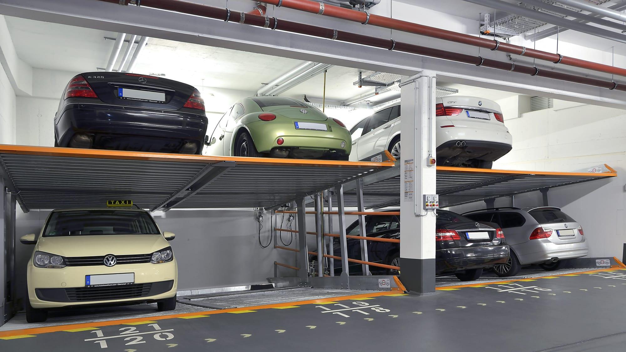 Autos parken in einer Duplexgarage