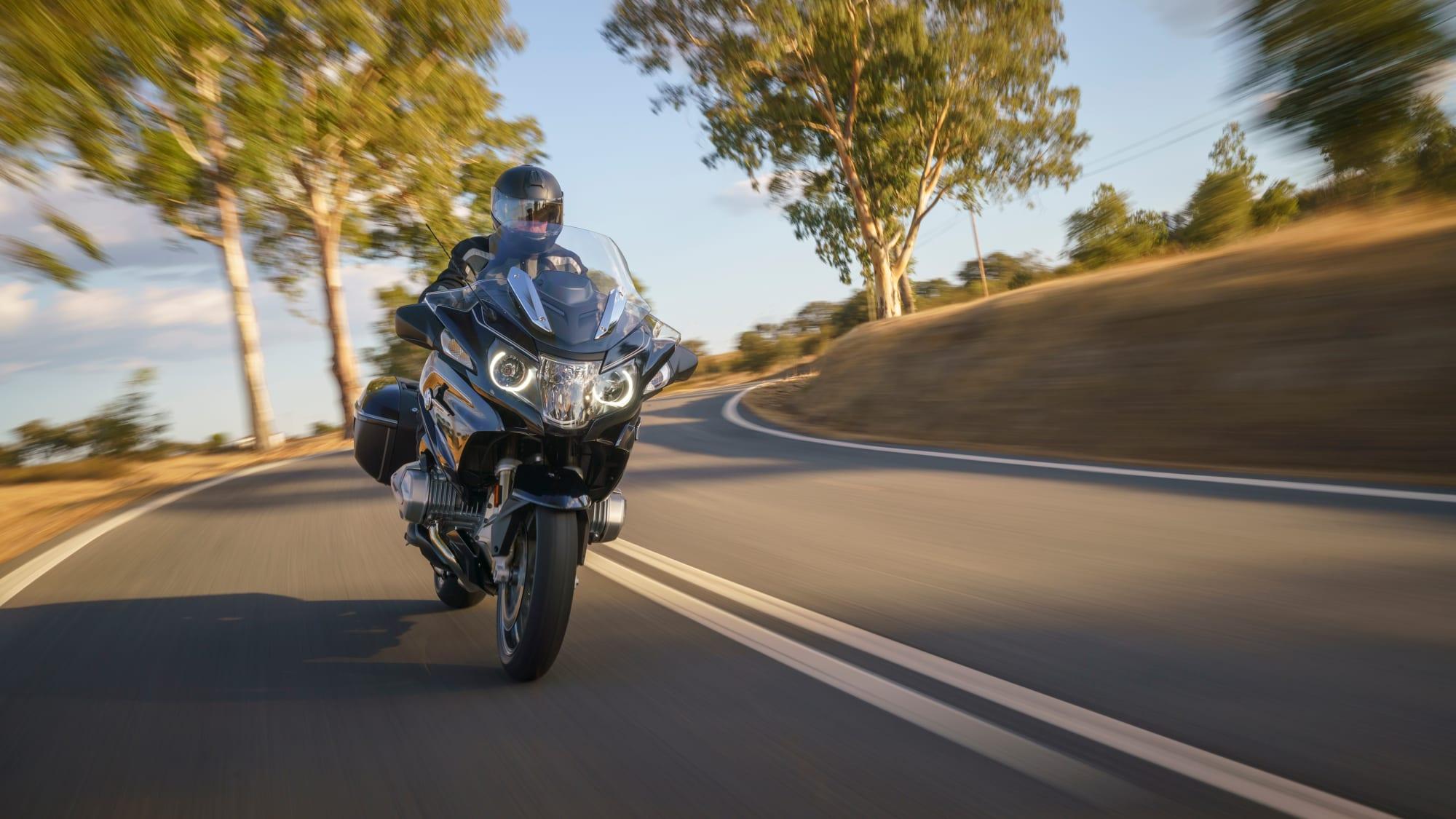 das Motorrad BMW R 1250 RT bei der Fahrt auf einer Landstrasse