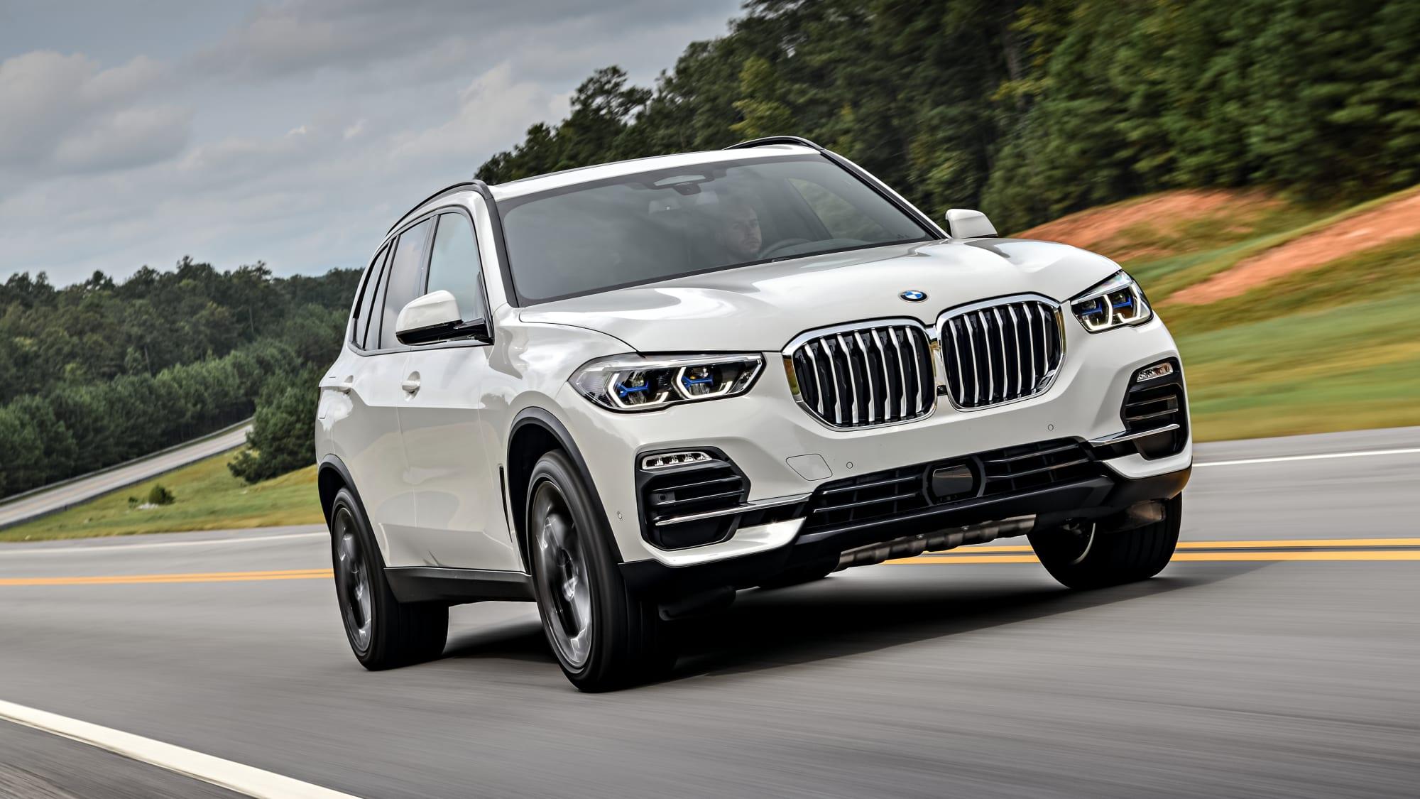 weißer BMW X5 von 2018 fahrend