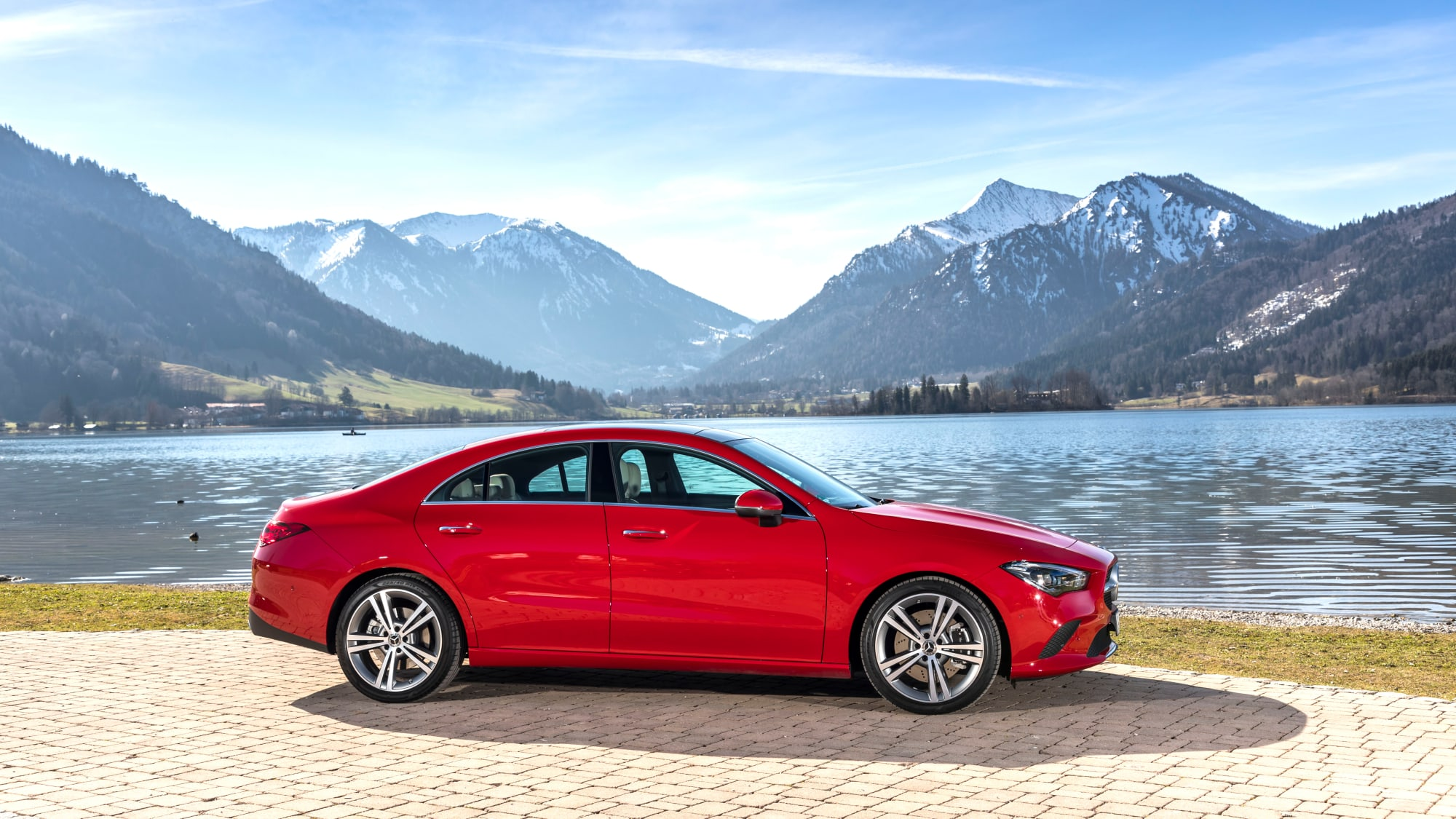 roter Mercedes CLA Coupe steht an einem See