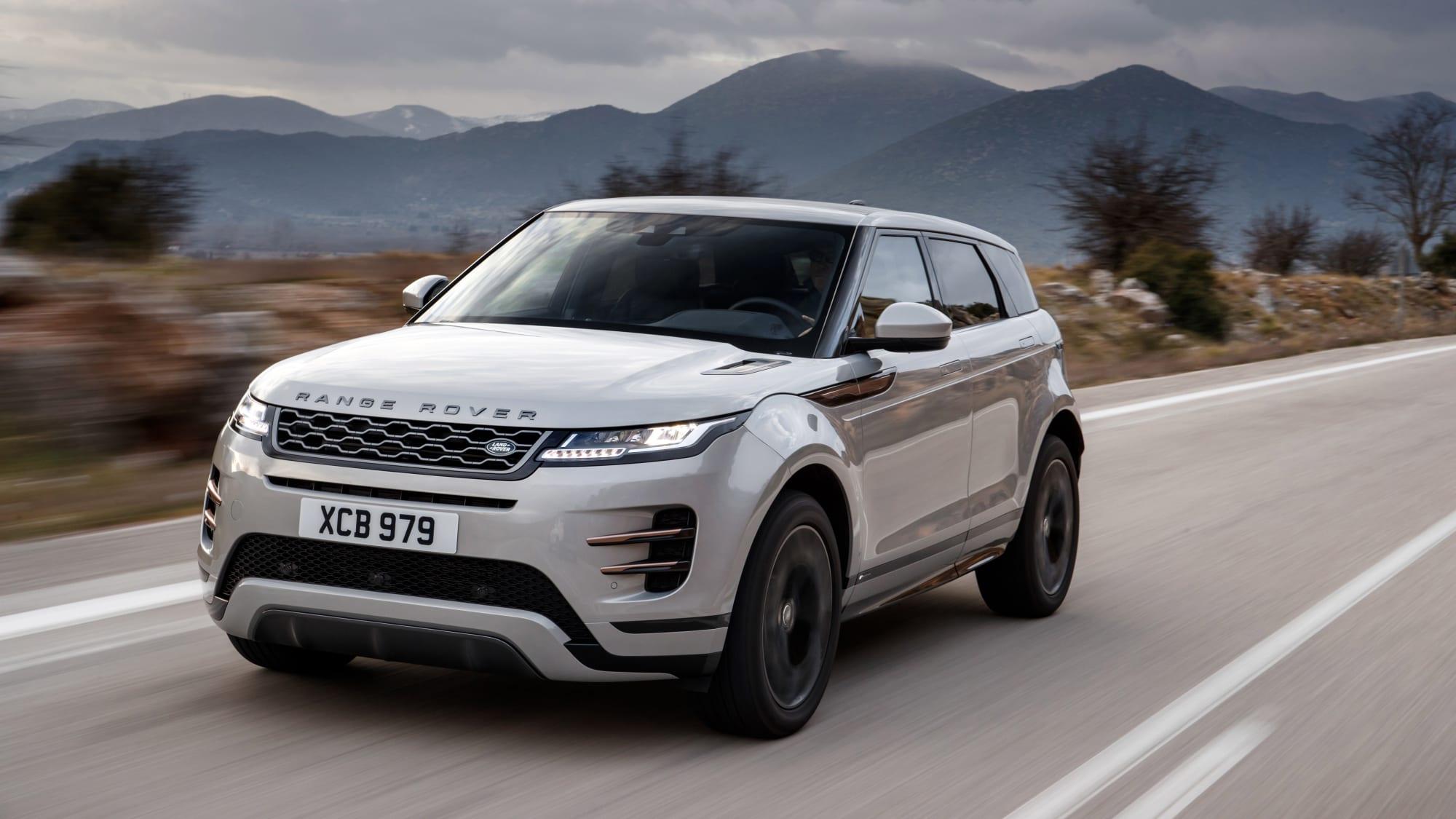 silberner Range Rover Evoque faehrt auf Strasse